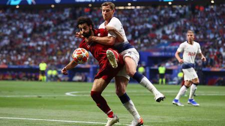 Perebutan bola antara Moh Salah dengan Vertonghen. Clive Rose/Getty Images - INDOSPORT