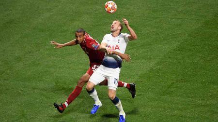 Perebutan bola terjadi antara Harry Kane (Tottenham Hotspur) dengan Fabinho (Liverpool) di final Liga Champions 2018/19, Minggu (2/6/19). - INDOSPORT