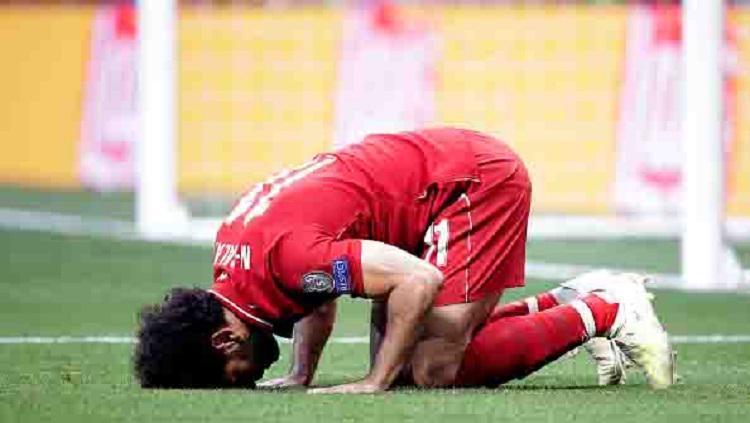 Selebrasi sujud dilakukan Mohamed Salah usai berhasil cetak gol penalti Copyright: Bustamante/Soccrates/Getty Images