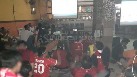 Suasana Nobar Final UCL 2018/2019 yang digelar Komunitas The Reds Jayapura. - INDOSPORT