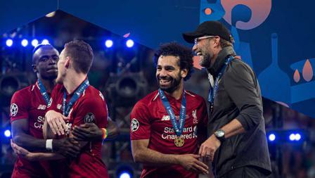 Juergen Klopp dan Mohamed Salah tampak semringah keluar sebagai juara Liga Champions di stadion Wanda Metropolitano. TF-Images/Getty Images