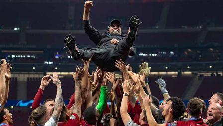 Skuat Liverpool melemparkan Jurgen Klopp ke atas simbol ucapan terima kasih. Visionhaus/Getty Images