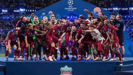 Kekompakan skuat Liverpool angkat trofi Liga Champions secara bersamaan. TF-Images/Getty Images