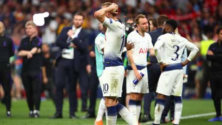 Harry Kane tampak lesu usai gagal meraih trofi Liga Champions musim ini. Robbie Jay Barratt - AMA/Getty Images