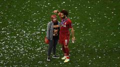 Indosport - Mohamed Salah dan istrinya di perayaan Liga Champions.