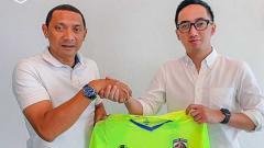 Indosport - Pelatih Putu Gede (kiri) dan CEO Babel United Ichsan Sofyan (kanan)