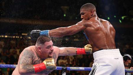 Anthony Joshua dan Andy Ruiz Jr saling pukul dalam pertarungan IBF/WBA/WBO. Al Bello/Getty Images - INDOSPORT
