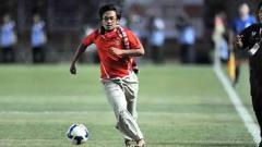 Indosport - Masih ingat aksi Hendri Mulyadi yang nekat masuk saat Indonesia dikalahkan Oman 1-2 pada partai Pra-Piala Asia 2011 di SUGBK. Foto: liputan6/AFP PHOTO/Bay ISMOYO