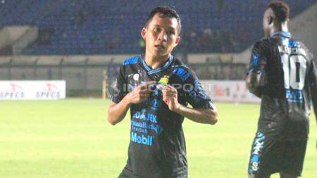 Pemain Persib Bandung, Erwin Ramdani menganggap pertandingan kandang menghadapi Arema FC pada babak 16 besar Piala Indonesia 2018/19 sebagai laga yang paling berkesan. - INDOSPORT