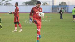Indosport - Penjaga gawang Persib Bandung, Muhammad Natshir sempat mengalami cedera fatal. Meski begitu dirinya ikut berkumpul dengan skuat utama Maung Bandung jelang lawan PSIS Semarang.