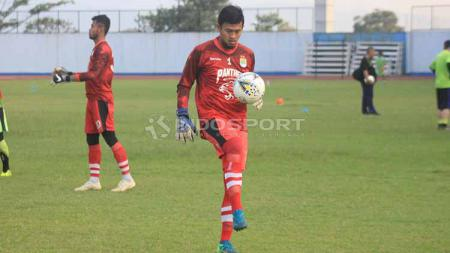 Perkembangan kondisi penjaga gawang Persib Bandung, Deden Natshir, disebutkan sangat signifikan. - INDOSPORT