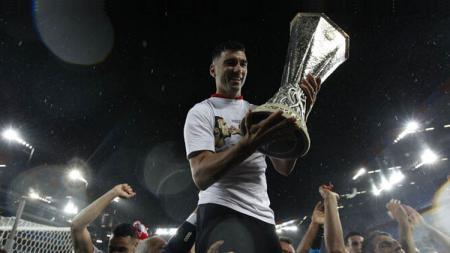 Jose Antonio Reyes saat memenangi gelar juara Liga Europa 2015/2016 bersama Sevilla. - INDOSPORT