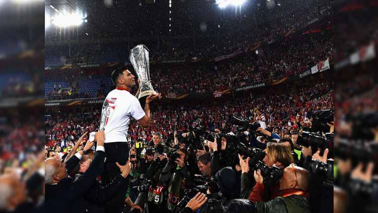 Mendiang Jose Antonio Reyes saat memenangi gelar juara Liga Europa 2015/2016 bersama Sevilla. Copyright: Joseph Gilgun/Getty Images