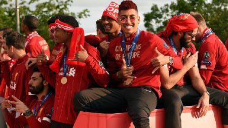 Firmino bersama dengan skuat Liverpool dalam konvoi juara Liga Champions 2018/19. - INDOSPORT