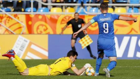 Juventus dilaporkan berusaha keras untuk mengontrak striker muda Genoa Andrea Pinamonti (kanan) pada bursa transfer Serie A Liga Italia musim depan. - INDOSPORT
