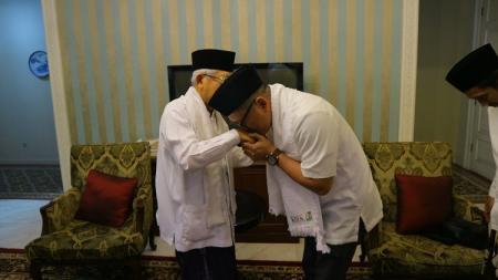 Presenter olahraga, Tio Nugroho, menjadi mualaf dituntun syahadat oleh KH Ma'ruf Amin. - INDOSPORT