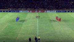Indosport - Momen menghengingkan cipta untuk almarhumah Ani Yudhoyono jelang laga Timnas Indonesia U-23 vs PSIM Yogyakarta di Stadion Sultan Agung, Bantul, Minggu (2/6/19). Foto: vidio.com