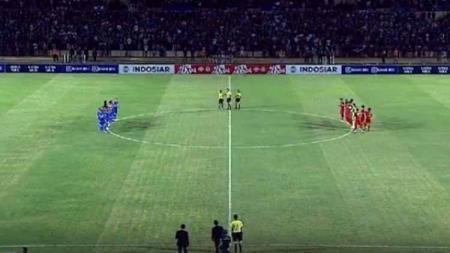 Momen menghengingkan cipta untuk almarhumah Ani Yudhoyono jelang laga Timnas Indonesia U-23 vs PSIM Yogyakarta di Stadion Sultan Agung, Bantul, Minggu (2/6/19). Foto: vidio.com - INDOSPORT