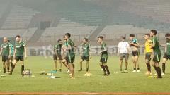 Indosport - Timnas Indonesia saat sedang latihan ringan.