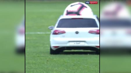 Mobil mainan mengantarkan bola sebelum kick off Prancis vs Bolivia. - INDOSPORT