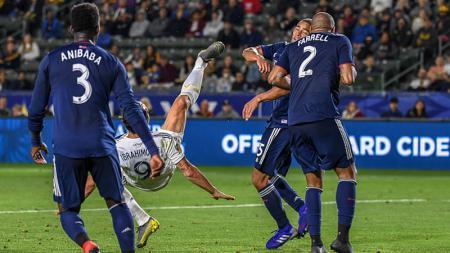Zlatan Ibrahimovic Saat Melakukan Tendangan Salto Melawan New England - INDOSPORT