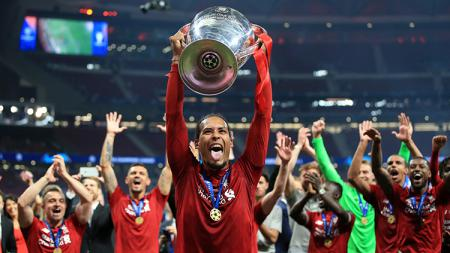 Virgil van Dijk saat mengangkat trofi Liga Champions 2018/19. - INDOSPORT