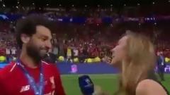 Indosport - Mohamed Salah mengira dirinya akan dicium reporter cantik pasca juara Liga Champions