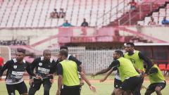 Indosport - Skuat Persipura Jayapura saat menjalani sesi latihan tim.