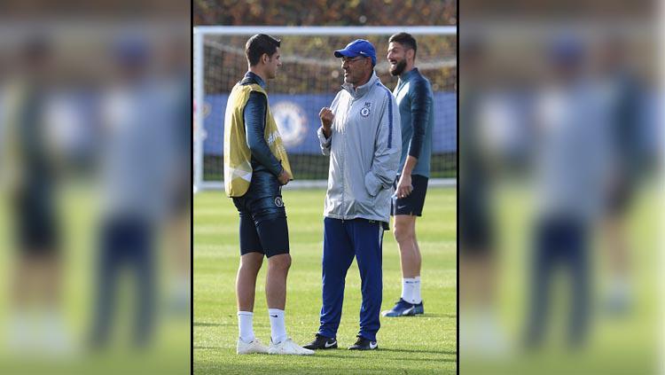 Alvaro Morata saat latihan di Chelsea bersama pelatihnya, Maurizio Sarri. Copyright: Darren Walsh/GettyImages