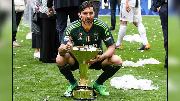 Gianluigi Buffon saat meraih gelar Serie A Italia bersama Juventus di musim 2017-18 Copyright: NurPhoto/GettyImages