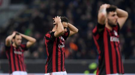Pemain AC Milan tengah menyesali timnya yang kebobolan. - INDOSPORT