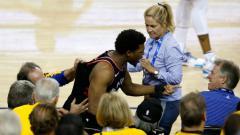 Indosport - Pemain Toronto Raptors, Kyle Lowry, didorong oleh pemilik saham Golden State Warriors, Mark Stevens (baju biru).