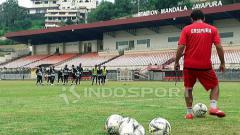 Indosport - Pelatih Persipura Jayapura, Luciano Leandro saat mendampingi skuatnya berlatih di Stadion Mandala.