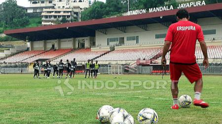 Pelatih Persipura Jayapura, Luciano Leandro saat mendampingi skuatnya berlatih di Stadion Mandala. - INDOSPORT