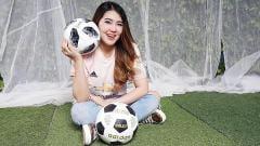 Indosport - Via Vallen mengenakan jersey Man United sambil memegang bola