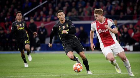 Matthijs de Ligt (kanan) tidak ada dalam daftar pemain Ajax yang mengikuti pemusatan latihan di Australia. - INDOSPORT