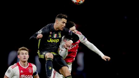 Cristiano Ronaldo berduel dengan Jurgen Ekkelenkamp - INDOSPORT