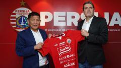 Indosport - Sergio Farias sepertinya harus memerhatikan nasib para pelatih asing Persija Jakarta di bawah kepemimpinan Ferry Paulus. Mengapa?