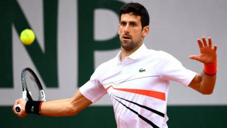 Novak Djokovic saat melawan Dominic Thiem di laga semifinal Prancis Terbuka di Lapangan Philippe-Chatrier, Sabtu (08/06/19). - INDOSPORT