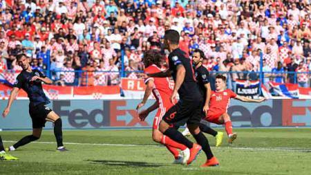 Pertarungan antara pemain Kroasia vs pemain Wales - INDOSPORT
