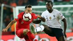 Indosport - Paul Pogba sedang berduel dengan Kenan Karaman, Evrim Aydin/Anadolu Agency/Getty Images