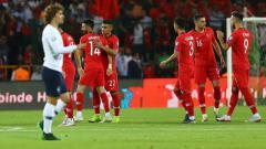 Indosport - Para pemain Turki sedang bersiap di depan Antoine Griezmann, Abdullah Coskun/Anadolu Agency/Getty Images