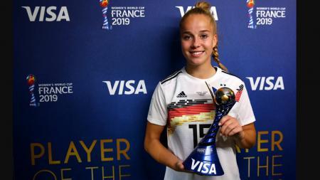Pemain timnas Jerman Wanita, Giulia Gwinn, menerima penghargaan Man of the Match. - INDOSPORT