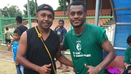 Christian Warobay (kiri) berpose bareng eks pemain Sriwijaya FC, Marckho Meraudje. - INDOSPORT