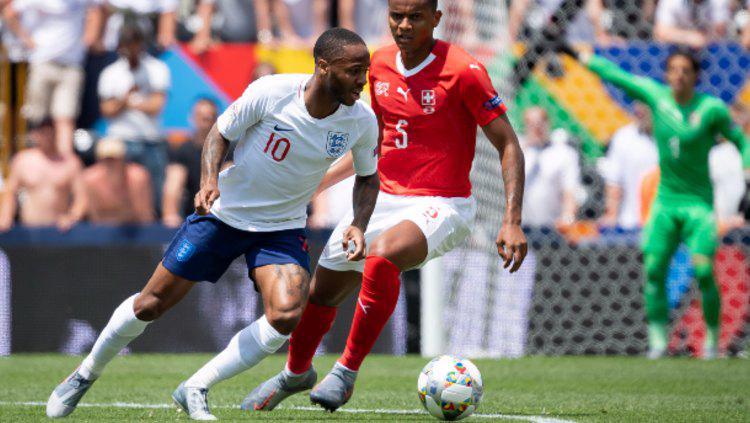Raheem Sterling dibayang-bayangi lawan dalam pertandingan UEFA Nations League Swiss vs Inggris. (Foto: TF-Images/Getty Images) Copyright: TF-Images/Getty Images