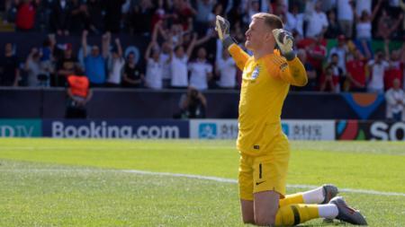 Jordan Pickford saat merayakan kemenangan Timnas Inggris dan mengamankan tempat ketiga UEFA Nations League A. (Foto: TF-Images/Getty Images) - INDOSPORT