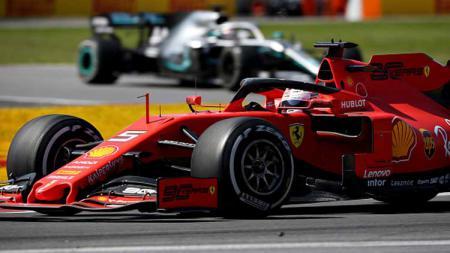 Sebastian Vettel dengan mobil balapnya dari tim Ferrari. - INDOSPORT