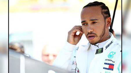 Federation Internationale de l'Automobile (FIA) tengah meyelidiki kemungkinan pembalap Formula 1, Lewis Hamilton melanggar aturan akibat pakaiannya. - INDOSPORT