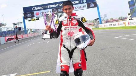 Pembalap muda Indonesia, Mario Suryo Aji mengalami patah tulang di tangan kirinya lantaran kecelakaan di sesi kualifikasi FIM CEV Moto3 di Jerez. - INDOSPORT