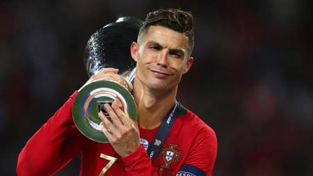 Cristiano Ronaldo bersama trofi UEFA Nations League. - INDOSPORT